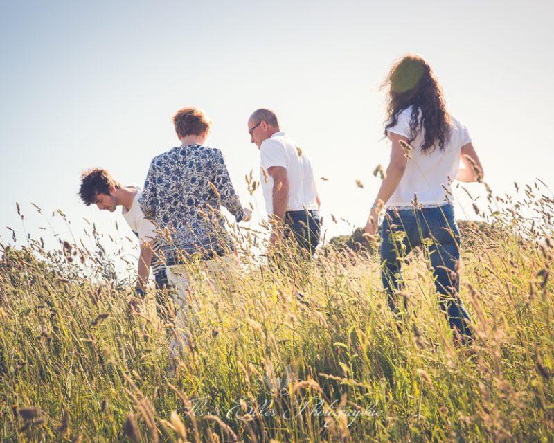 une famille se promène à la plage au coucher du soleil à Lamor Baden
