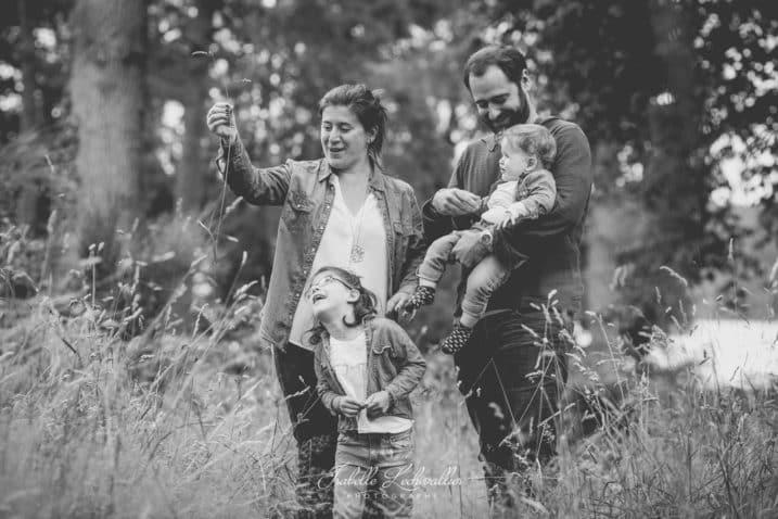 Séance photo en famille avec de jeunes enfants